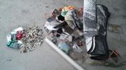 タバコの吸殻とゴミ